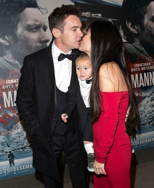 Herec se na premiéře pochlubil manželkou a synem.