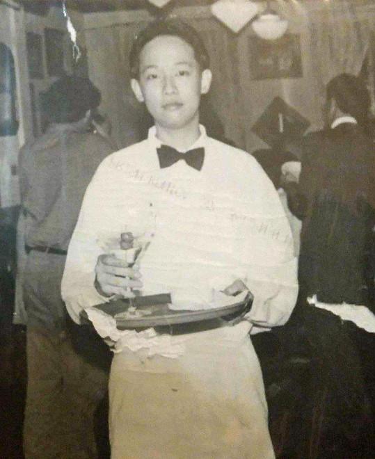 Jade Chua-Hoskins se narodila jako Jon na Filipínách. Od šesti let živila rodinu prodejem novin na ulici, později prací v restauracích.