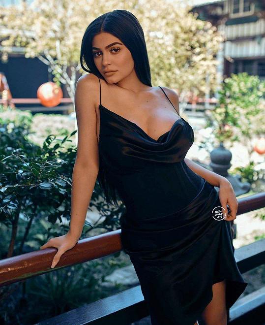 Tady vidíte Kylie v její skutečné podobě. To, co má na sobě, patří do nové kolekce její módní značky pro příští rok.