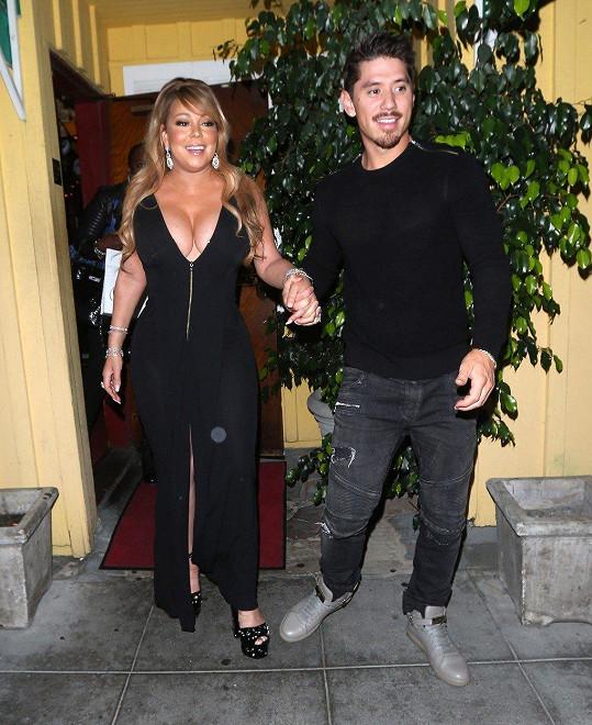 Jak už jsme poslední dobou zvyklí, Mariah místo svým uměleckým výkonem provokuje převážně dekoltem.