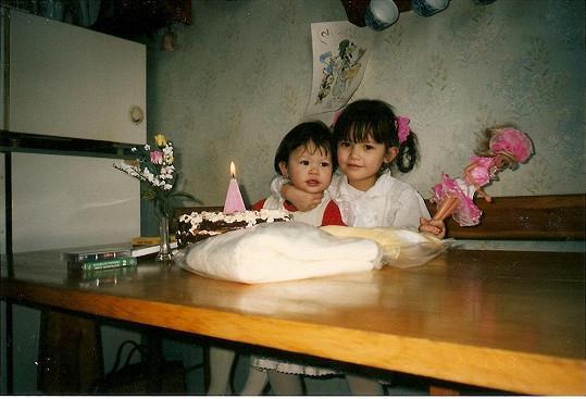 Monika (vlevo) se svojí starší sestrou, při oslavě druhých narozenin