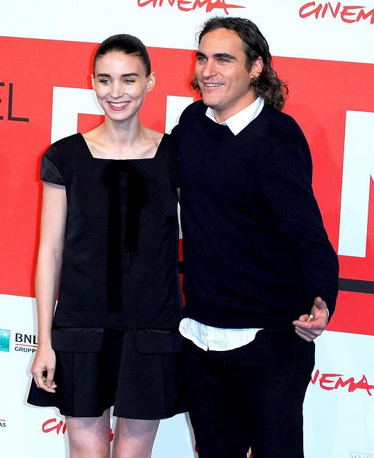 Snoubenci se poprvé setkali na natáčení filmu Ona v roce 2013.