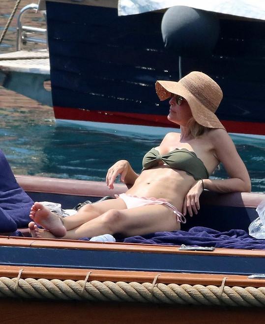 Před padesátkou má luxusní tělo.