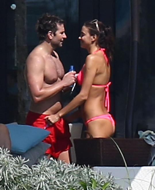 Irina prožívá lásku s Bradleym Cooperem.