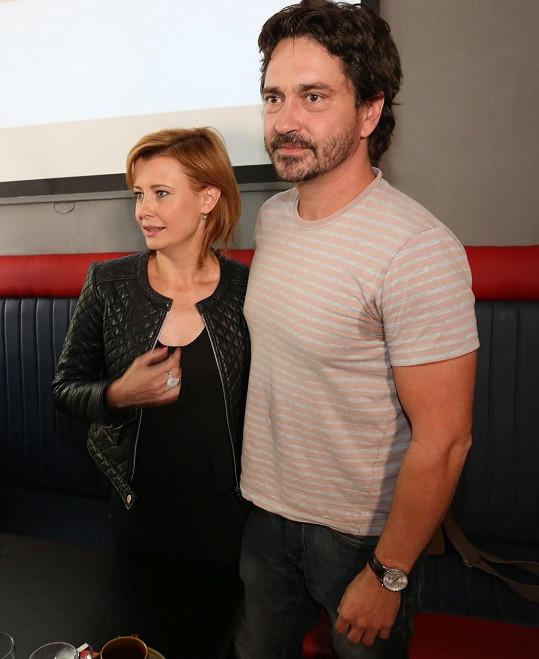 Saša Rašilov si oblékl světlé tričko, na kterém je všechno vidět. Na snímku s kolegyní Jitkou Schneiderovou