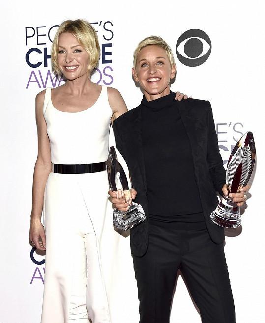 Ellen DeGeneres a Portia de Rossi (vlevo)