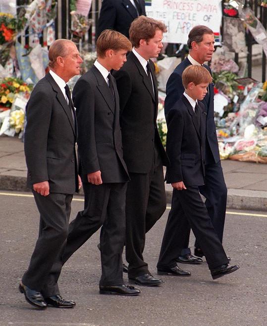 Harry na pohřbu své matky. Zleva: Princové Philip a William, bratr Diany Charles Spencer a princové Harry a Charles.