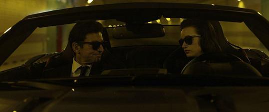 """V """"bondovských"""" scénách předvádí Vetchý svou polohu v černých brýlích, obleku a s povolením zabíjet."""