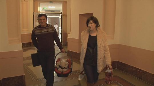 Pavel Trávníček si manželku a syna odvezl z porodnice.