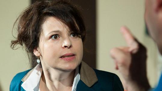 Betka Stanková v roli manželky Vladyky podezírá pány z poměru.