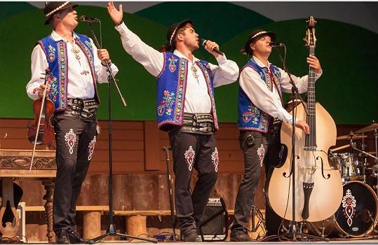 Patrik Děrgel si zahrál zpěváka folklorní kapely.