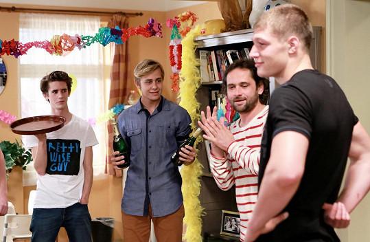 Herec studuje v Anglii a do Česka jezdí natáčet jen jednou za několik týdnů.