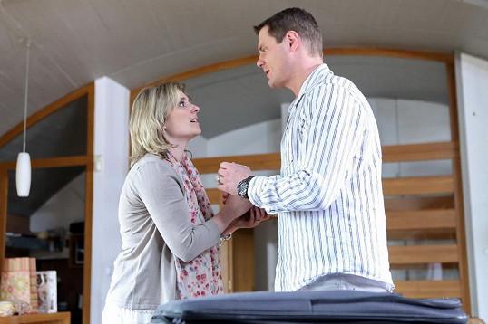Manžel ženu podvádí se spolužačkou ze školy.