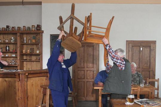 Scéna, kdy se mlátili židlemi, byla o zdraví.