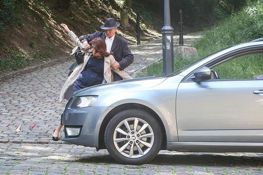 Soňa Norisová během natáčení scény, kdy ji málem porazilo auto.