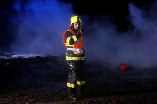 Kmoníček hraje velitele hasičů.