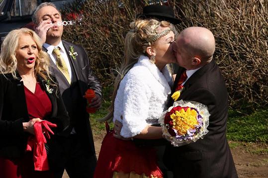 Došlo na vášnivý manželský polibek.