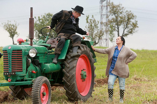 Ladislav Potměšil spadl v seriálu Svatby v Benátkách z traktoru.