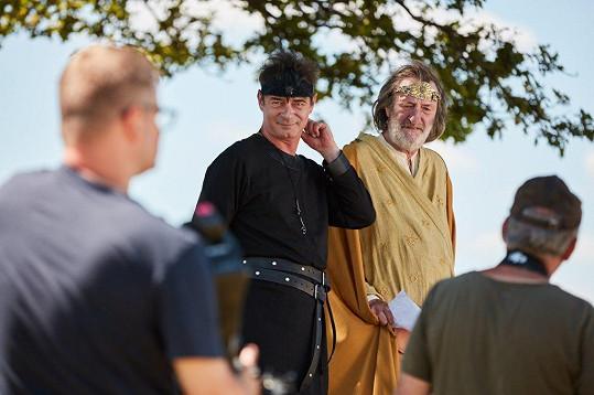 Dvořák se svým šéfem, Bolkem Polívkou, který ztvárňuje nejvyššího boha Svarožice.