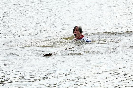 ...loďka se mu ale vymkla z rukou a skončil ve vodě.