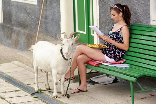 Adriana Neubauerová natáčela scénu s kozou.