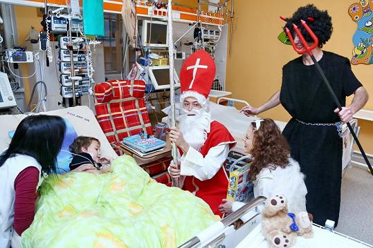 Andrea Kerestešová, Martin Kraus a Radúz Mácha nadělovali sladkosti a dárky dětem na dětské chirurgii v Thomayerově nemocnici v Praze.