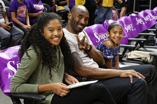 Natalia Bryant se zesnulým otcem Kobem a sestrou Giannou (vpravo)