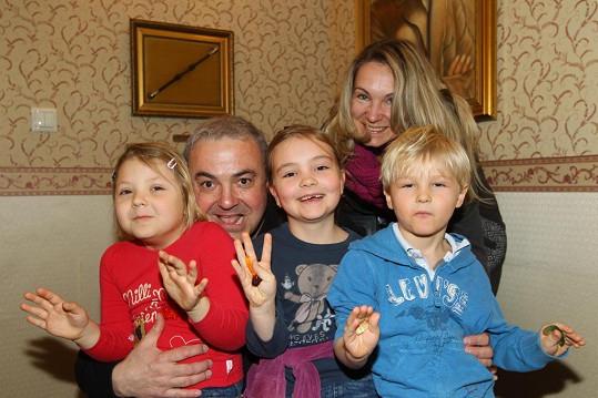 Martin Zounar s dětmi a kamarádkou Radkou