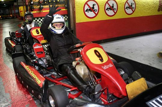 Ivana Andrlová si zajezdila na motokárách.