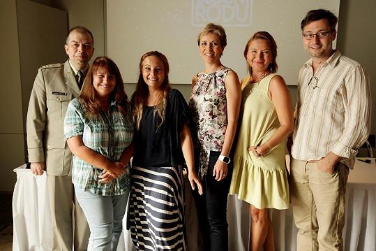 O prvním dílu s Jiřinou Bohdalovou promluvila na setkání tvůrců pořadu s novináři vedoucí projektu Věra Krincvajová (třetí zleva) a historický poradce Eduard Stehlík (vlevo).