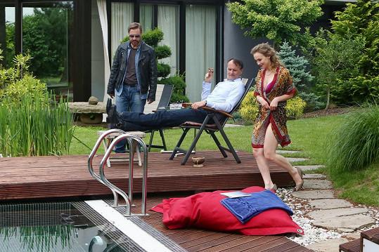 Zahrála si epizodní roli bohaté paničky. Na snímku s poldou Matáskem a seriálovým manželem Marianem Rodenem