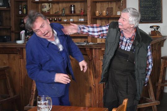 Jarda Poběda (Jan Szymik )se v hospodě otíral o Drozdovu rodinu.