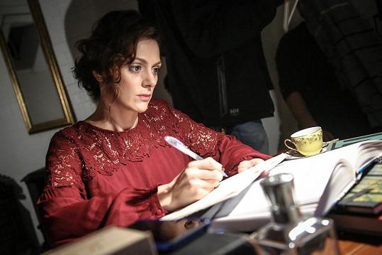 Klára Issová hraje krásnou spisovatelku.