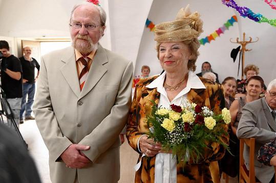 Herci si natáčení svatby parádně užili.