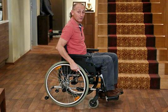 S rolí vozíčkáře mu pomáhal odborník z rehabilitačního ústavu.
