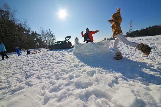 Focení se zvrhlo ve sněhovou bitvu.