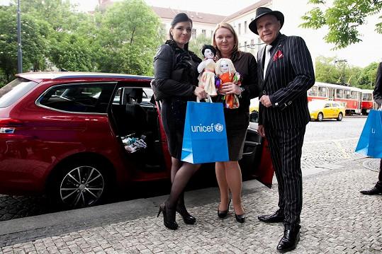 Na akci přivezla Andrea spoustu panenek Unicef.