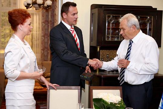 S Aloisem Švehlíkem a Janou Janěkovou v seriálu Cesty domů