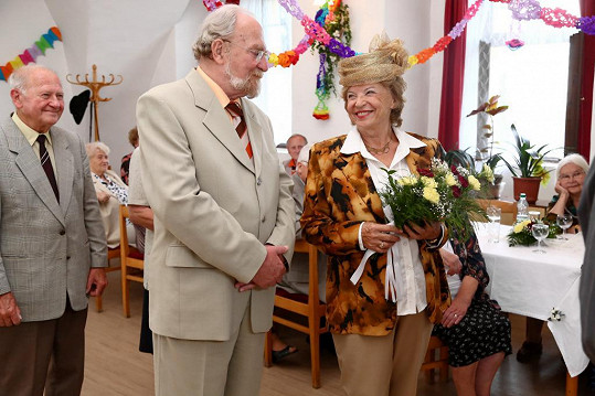 Libuše Švormová a Petr Pelzer si na stará kolena zahráli svatbu.