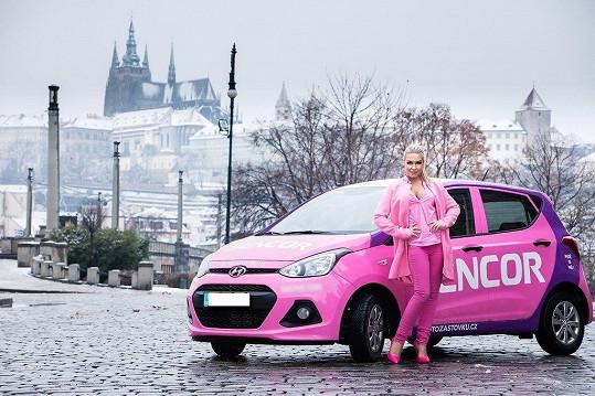 Dominika se svým růžovým vozítkem