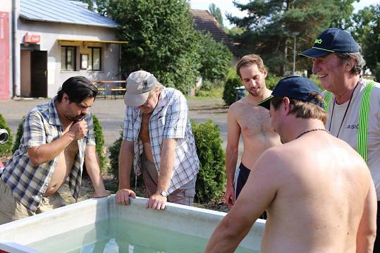Petr Vančura s kolegy při natáčení Hasičárny Telecí