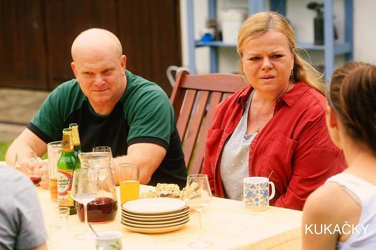 Druhé rodiče, žijící na vsi, hrají David Novotný a Sabina Remundová.