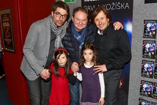 A pak zapózoval nejen s dcerami, ale i s otcem Petrem a kouzelníkem Pavlem Kožíškem.