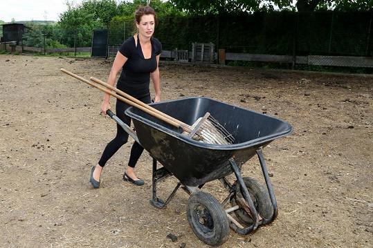 Lenka Zahradnická se práce na farmě nebojí.