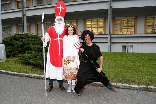 Herci ze seriálů Cesty domů a Svatby v Benátkách se převlékli do kostýmů Mikuláše, anděla a čerta.