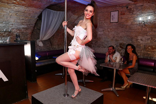 Natálie Holíková hraje v seriálu Svatby v Benátkách pohlednou stážistku zubaře Davida (Martin Kraus). Po nocích si přivydělává coby striptérka.