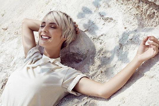 Bára je nejen zpěvačka a herečka, ale, jak je vidět, i modelka.