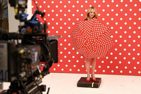 Během focení jarních televizních upoutávek zakrývala počínající bříško puntíkatým deštníkem.