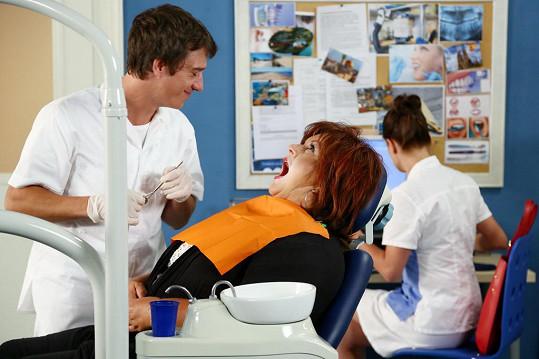 Hanka Křížková coby majitelka salonu s prádlem paní Kuncová s Martinem Krausem, který hraje zubaře.