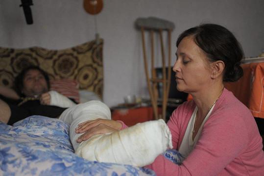Když se zdravotní sestřička dozví, že sama potřebuje pomoc, musí ji začít hledat mimo prostředí, které zná.
